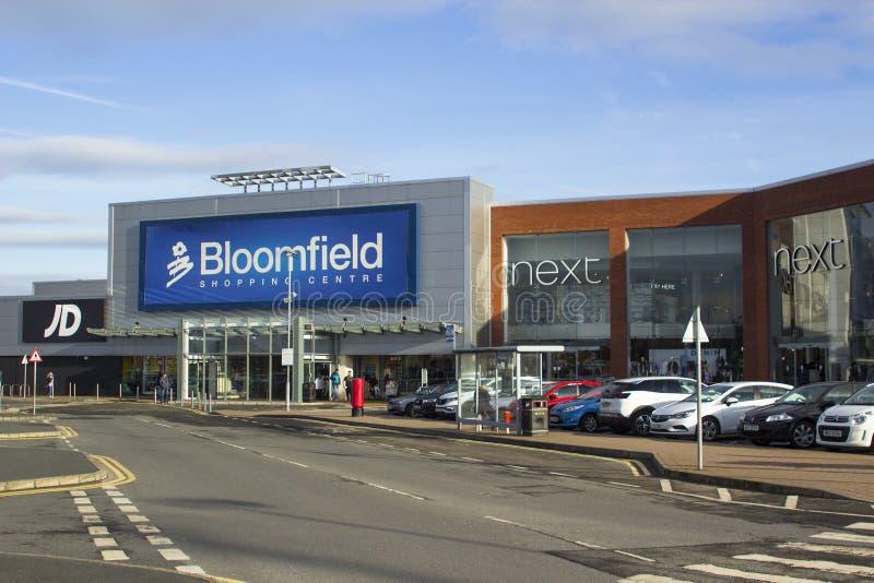 Il vario dettagliante fronteggia al centro commerciale popolare di Bloomfield nella contea di Bangor giù immagine stock libera da diritti