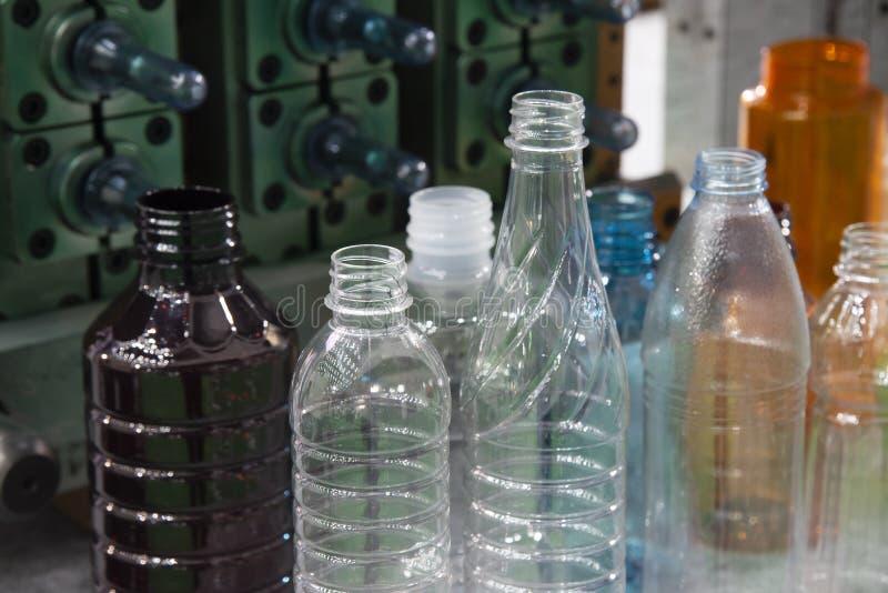 Il vario tipo di bottiglia dell'ANIMALE DOMESTICO con i precedenti dello stampaggio ad iniezione immagini stock libere da diritti