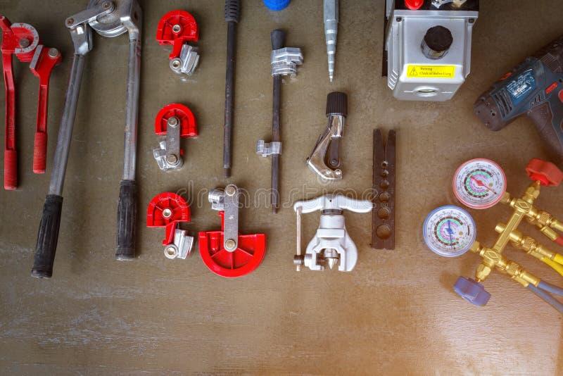 Il vario tipo di strumenti contro per installa il condizionatore d'aria immagini stock