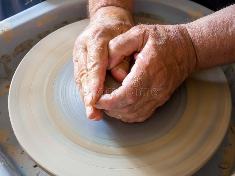 Il vasaio forma la preparazione dei piatti futuri fotografia stock