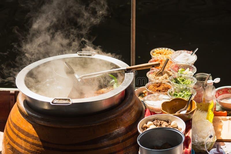 Il vaso è preparato per cucinare Le tagliatelle sono in basso luce, acqua bollente con fumo bianco e vapore su fondo nero fotografia stock libera da diritti