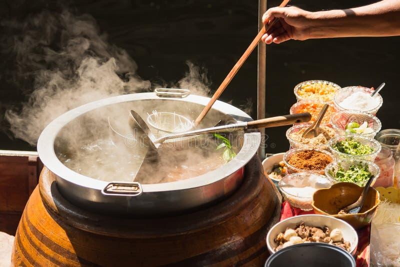 Il vaso è preparato per cucinare Le tagliatelle sono in basso luce, acqua bollente con fumo bianco e vapore su fondo nero immagine stock libera da diritti