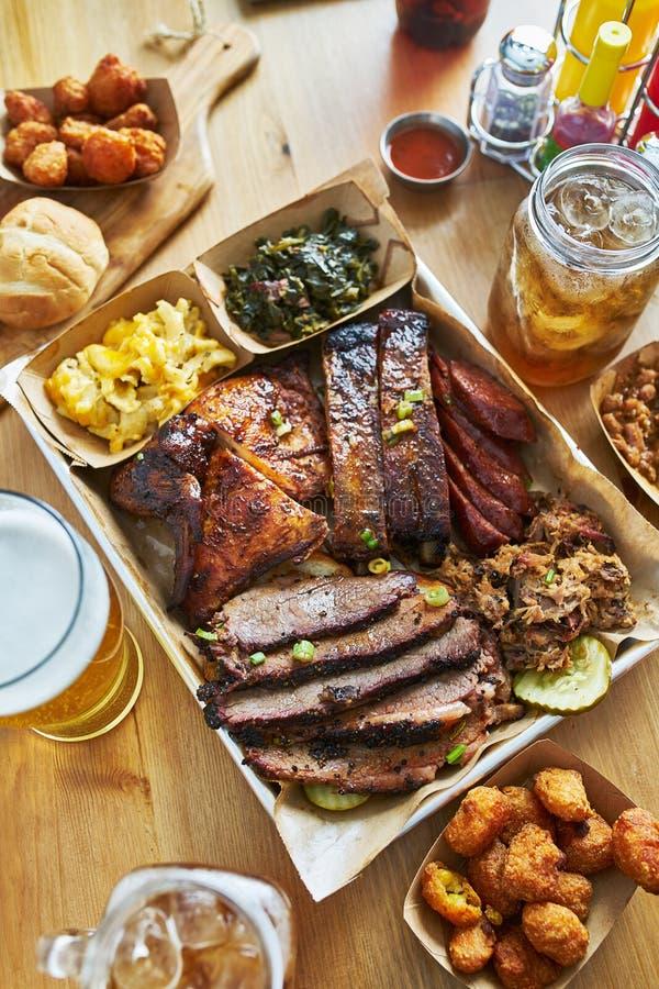 Il vassoio del bbq di stile del Texas con il petto affumicato, costole di St. Louis, ha tirato la carne di maiale, il pollo, i co immagini stock