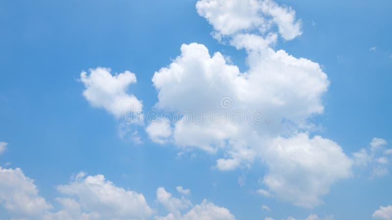 Il vasto chiaro cielo blu e le belle nuvole su buon tempo di mattina fotografia stock libera da diritti