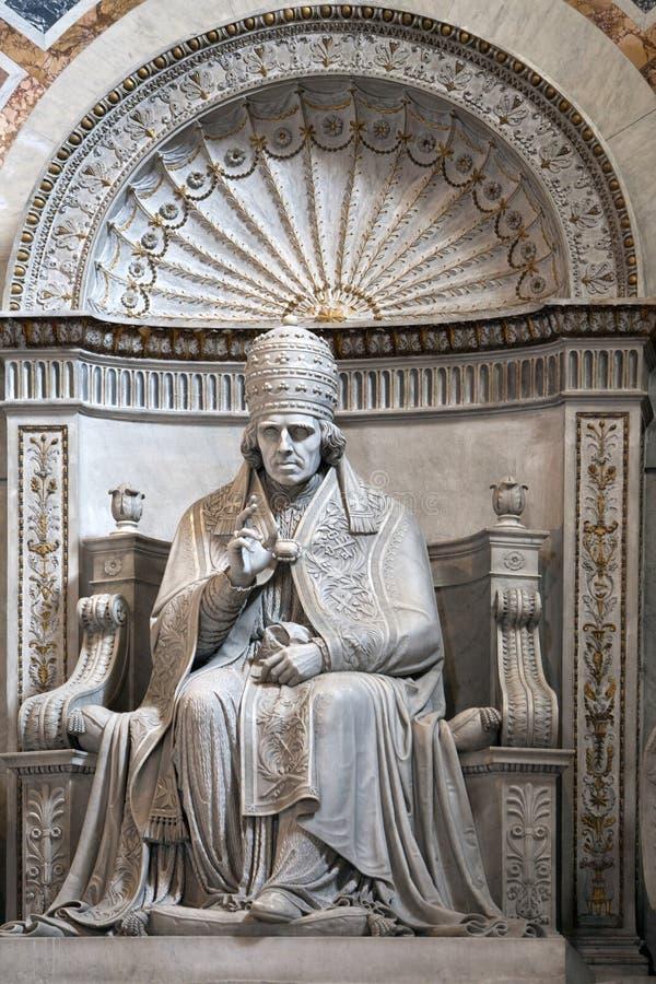 IL VATICANO - 24 MAGGIO 2011: statua di papa Pio VII in basilica di St Peter fotografie stock