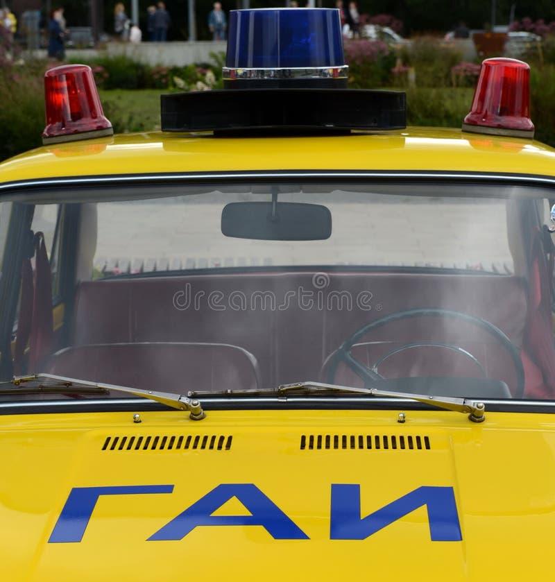 Il VAZ sovietico anziano 21011 dell'automobile nella versione del volante della polizia del servizio della pattuglia della strada fotografie stock libere da diritti
