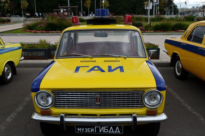 Il VAZ sovietico anziano 21011 dell'automobile nella versione del volante della polizia del servizio della pattuglia della strada immagini stock libere da diritti