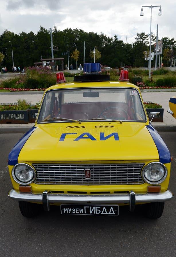Il VAZ sovietico anziano 21011 dell'automobile nella versione del volante della polizia del servizio della pattuglia della strada immagine stock