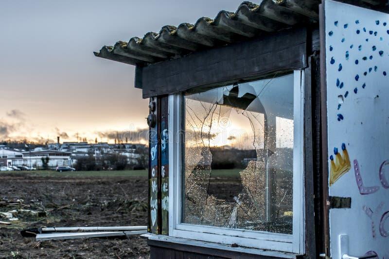 Il vecchio buio terrificante ha abbandonato il tramonto delle finestre rotto casa sporca distruttiva immagine stock libera da diritti