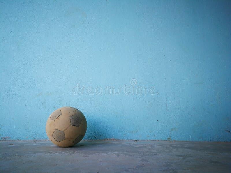 Il vecchio calcio su un fondo blu, pratica il equipm duro d'ascolto fotografia stock libera da diritti