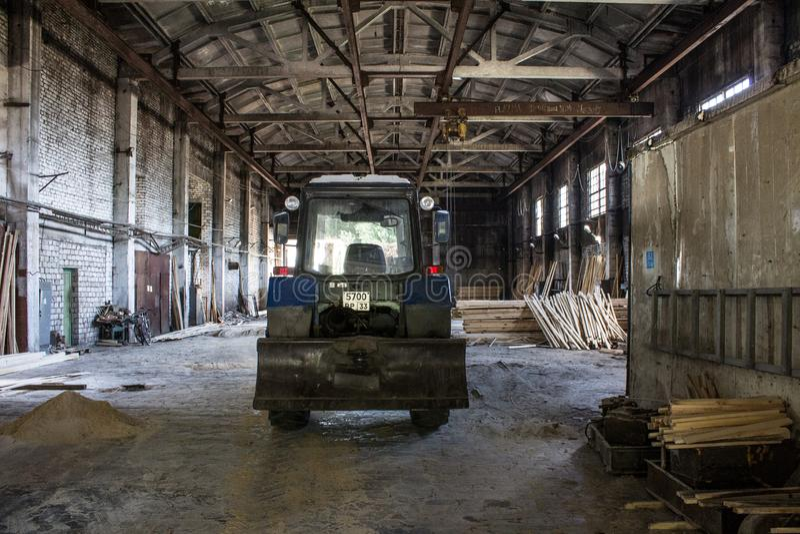 Il vecchio capannone di legno industriale con attrezzatura fotografia stock