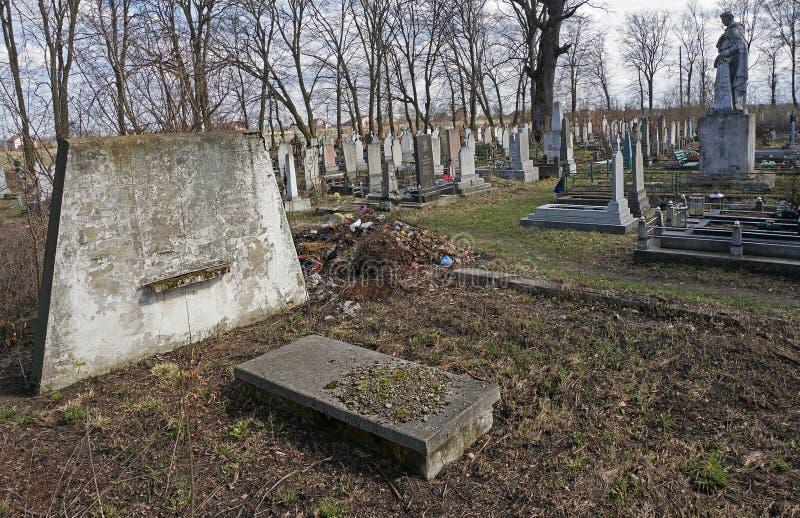 Il vecchio cimitero del villaggio 25 marzo 2017 Lysets, Ucraina fotografie stock