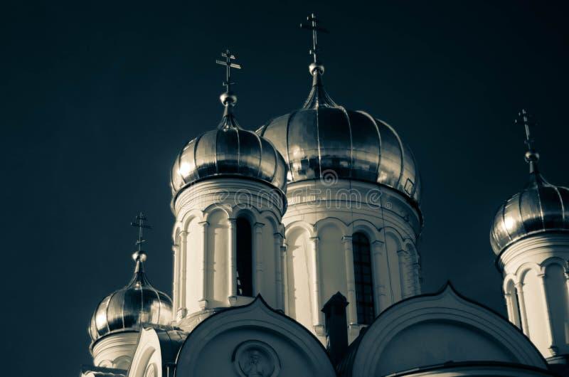 Il vecchio kirk russo alla mattina blu immagine stock libera da diritti