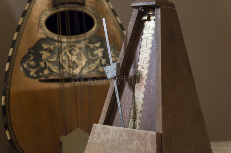 Il vecchio metronomo di legno tiene il tempo immagine stock