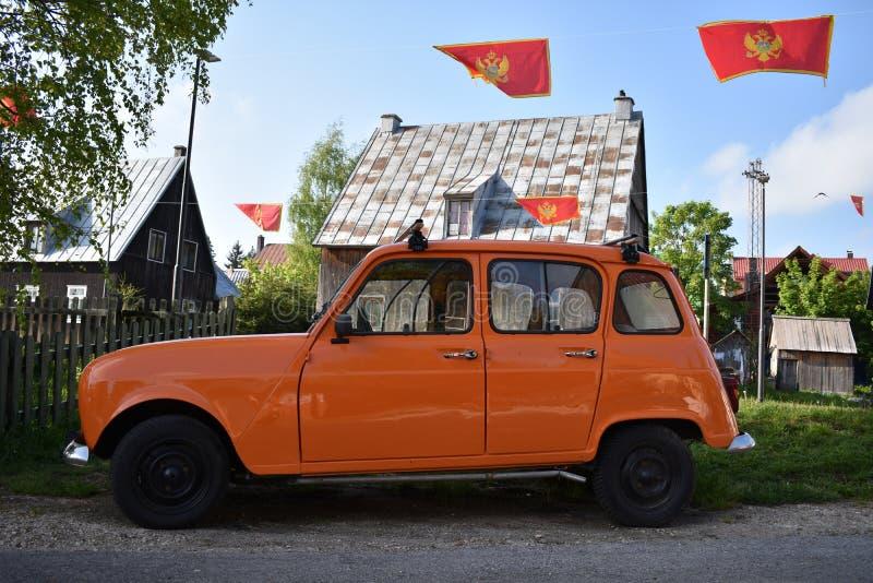 Il vecchio modello arancio dell'automobile francese fotografie stock