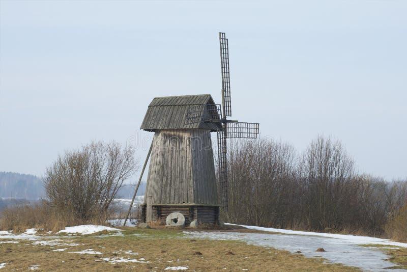 Il vecchio mulino a vento è il giorno di febbraio Mikhailovskoe, montagne di Pushkin fotografia stock libera da diritti