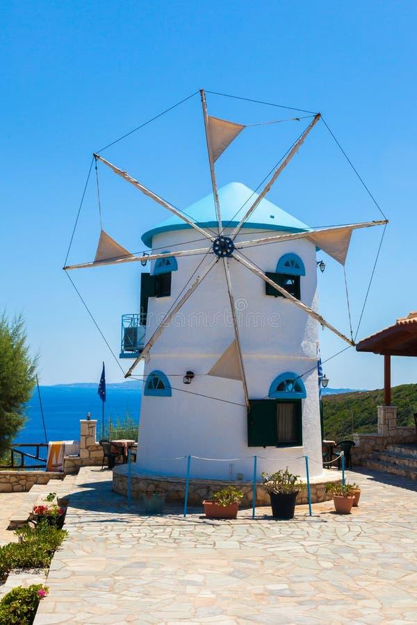 Il vecchio mulino a vento in Agios Nikolaos vicino al blu frana Zacinto Zan fotografie stock