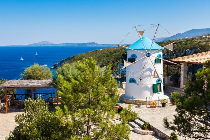 Il vecchio mulino a vento in Agios Nikolaos vicino al blu frana Zacinto Zan fotografia stock libera da diritti