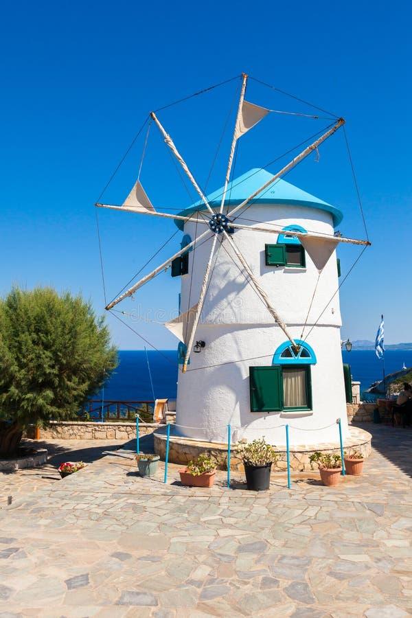 Il vecchio mulino a vento in Agios Nikolaos vicino al blu frana Zacinto Zan immagini stock libere da diritti
