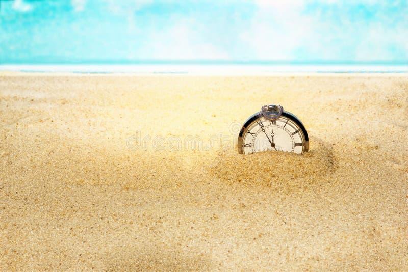 Il vecchio orologio nella sabbia, il concetto dei passaggi di tempo dall'infinito, il fuoco selezionato è profondità di campo mol immagini stock
