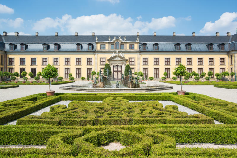 Il vecchio palazzo di Herrenhausen fa il giardinaggio, Hannover, Germania immagini stock libere da diritti