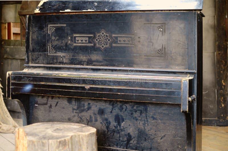 Il vecchio piano rotto nella casa di legno fotografie stock