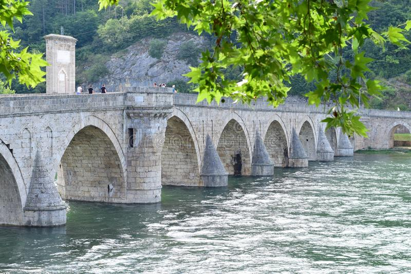 Il vecchio ponte pietroso medievale sul fiume di Drina immagine stock libera da diritti