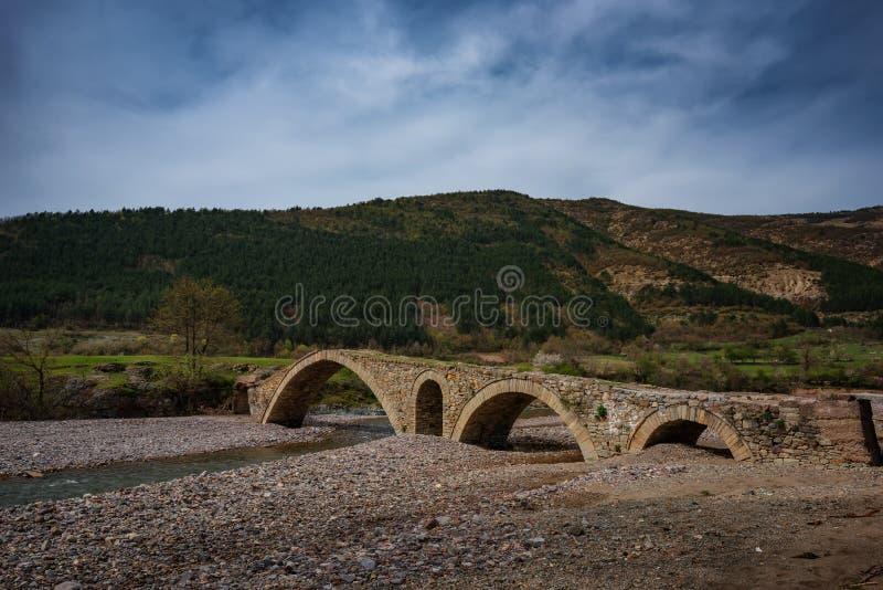 Il vecchio ponte romano, villaggio di Nenkovo, Bulgaria immagini stock