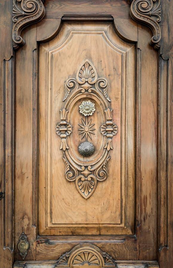 Il vecchio portello di legno con i reticoli ha intagliato su esso. immagini stock libere da diritti