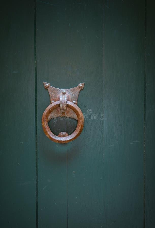Il vecchio portone arrugginito si aggancia la porta fotografia stock libera da diritti