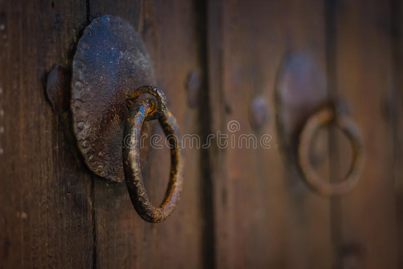 Il vecchio portone arrugginito si aggancia la porta fotografie stock libere da diritti