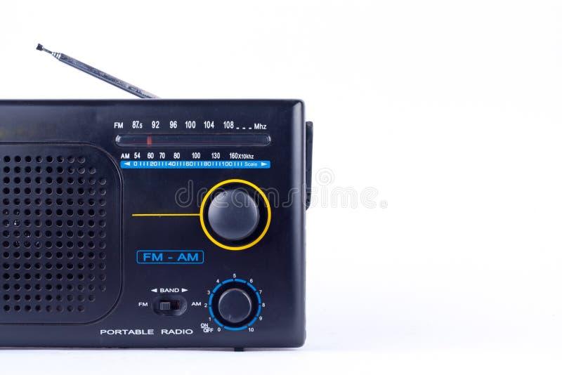 Il vecchio retro stile d'annata nero l', ricevitore del transistor della radio portatile di FM su fondo bianco ha isolato vicino  fotografia stock
