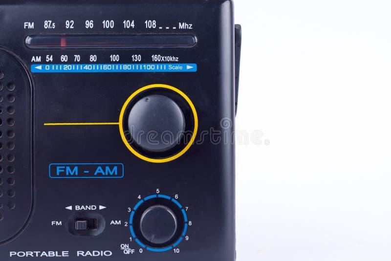 Il vecchio retro stile d'annata nero l', ricevitore del transistor della radio portatile di FM su fondo bianco ha isolato vicino  immagini stock libere da diritti