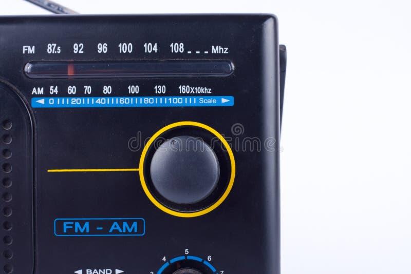 Il vecchio retro stile d'annata nero l', ricevitore del transistor della radio portatile di FM su fondo bianco ha isolato vicino  immagine stock libera da diritti