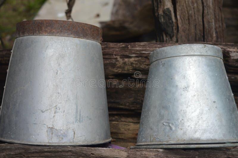 Il vecchio secchio di acqua immagine stock