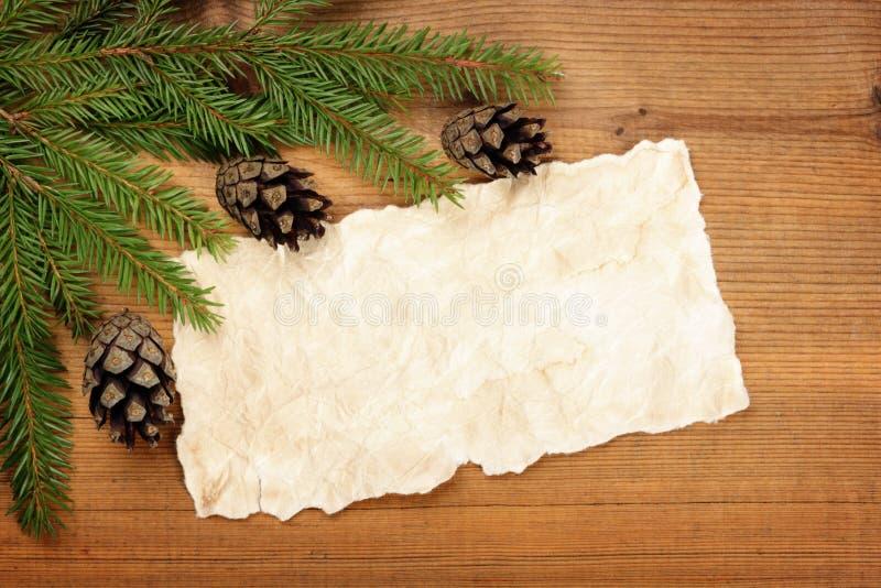 Il vecchio strato di carta con l'albero di Natale si ramifica e coni fotografie stock libere da diritti