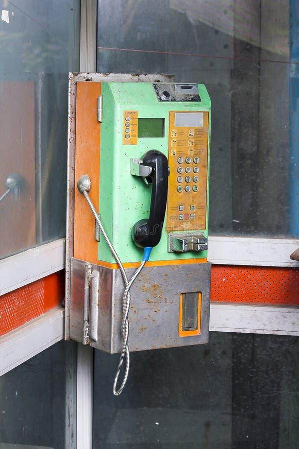 Il vecchio telefono pubblico non è in uso immagine stock libera da diritti
