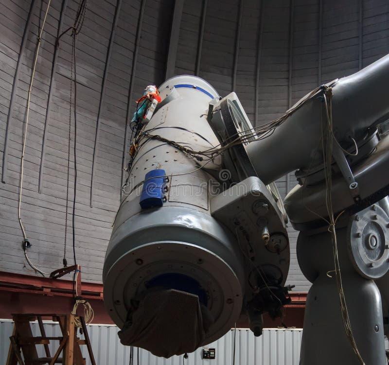 Il vecchio telescopio sovietico dal momento dell'URSS di osservare gli oggetti dello spazio fotografia stock libera da diritti