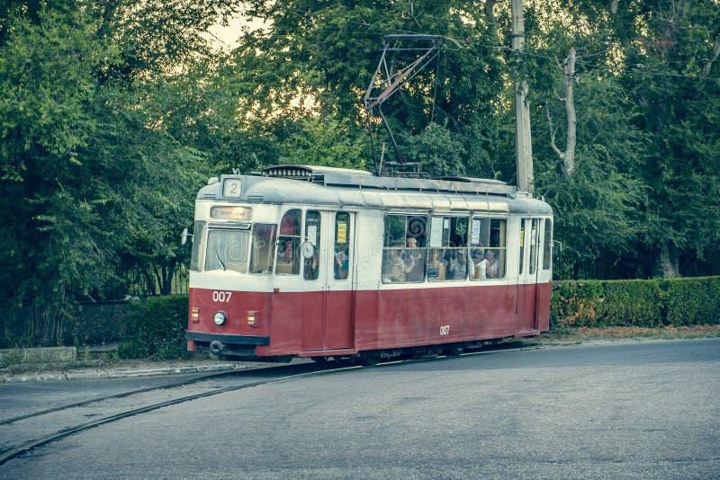 Il vecchio tram rotola sulle rotaie immagine stock libera da diritti