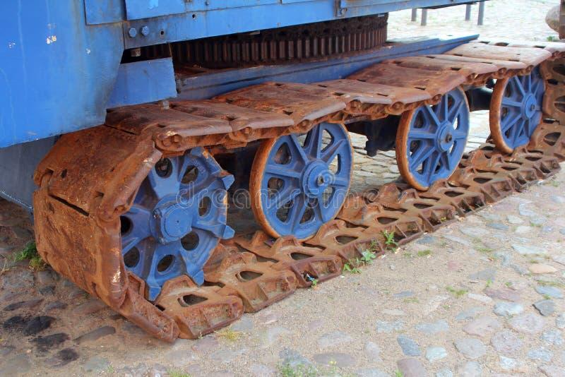Il vecchio trattore a cingoli arrugginito fotografie stock libere da diritti