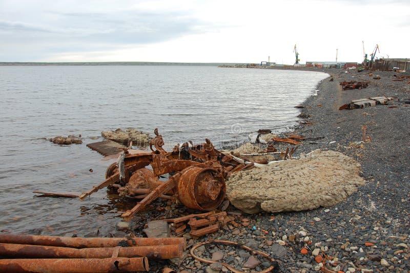 Il vecchio veicolo abbandonato arrugginito del metallo parte alla costa di mare artica fotografie stock