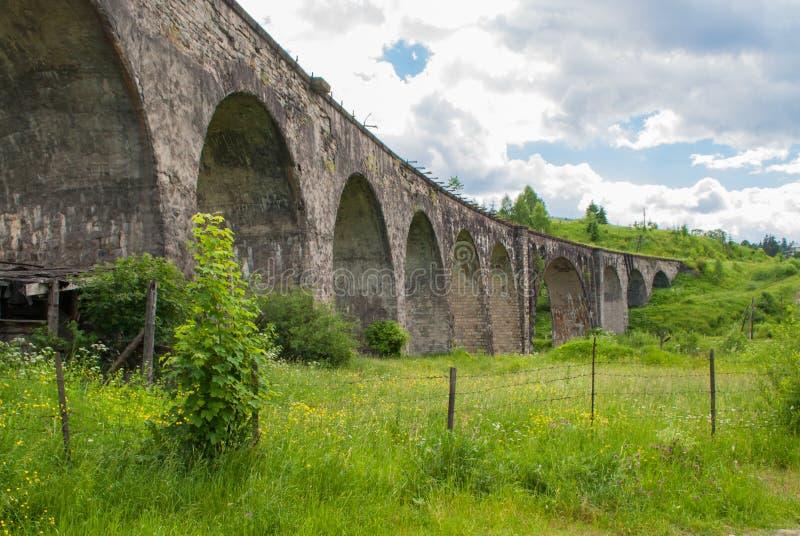 Il vecchio viadotto di pietra austriaco del ponte ferroviario in Ucraina fotografia stock
