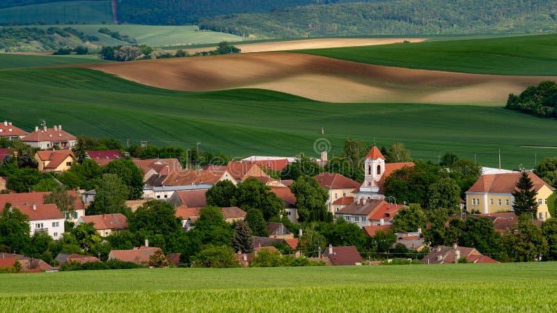Il vecchio villaggio di Moravian con il prato sistema nell'ora legale immagini stock libere da diritti