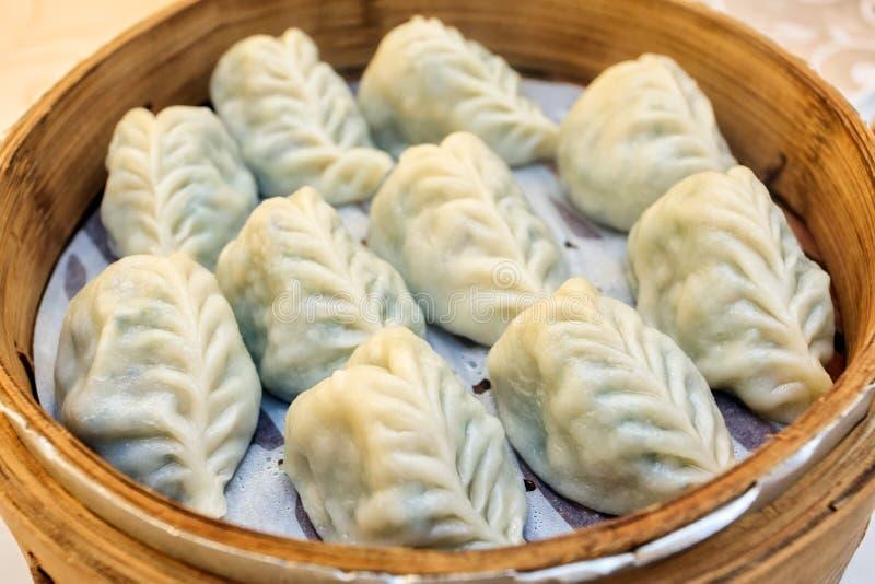 Il vegano cinese ha scorso gli gnocchi immagine stock