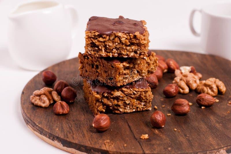 Il vegano crudo data l'avena barre del burro di arachidi con glassare del cioccolato immagine stock libera da diritti