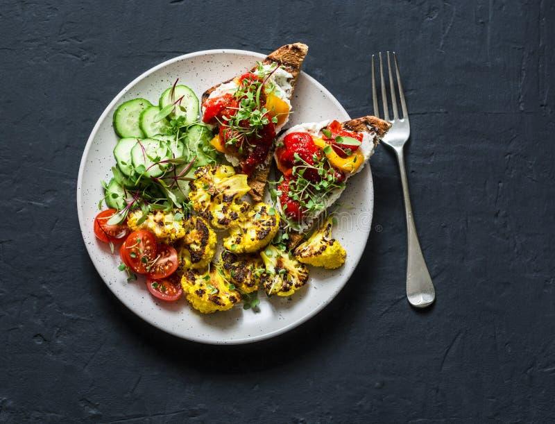 Il vegetariano in buona salute fa un spuntino - il cavolfiore al forno della curcuma ed il pepe marinato, il formaggio, interi pa immagini stock libere da diritti