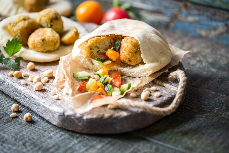Il vegetariano del Falafel ha fritto le palle del cece con il pane e il jomosom della pita fotografia stock