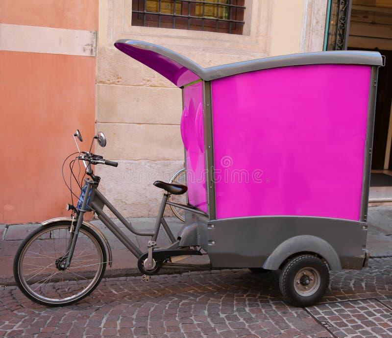 Il veicolo con i pedali scrive la bicicletta a macchina di un corriere preciso fotografia stock libera da diritti
