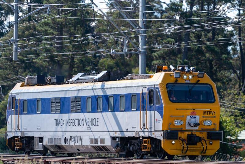 Il veicolo di ispezione della pista per la ferrovia dello stato di NSW viaggia lungo le strade ferrate nelle montagne blu su un f fotografia stock libera da diritti