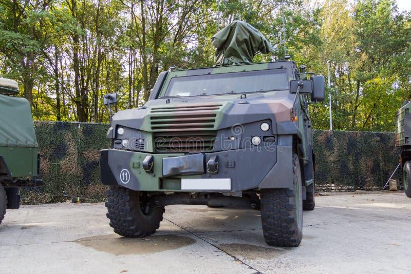 Il veicolo di polizia militare corazzato tedesco sta sulla piattaforma fotografie stock